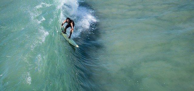 学校でサーフィンスクールなどで教わることが必修科目。